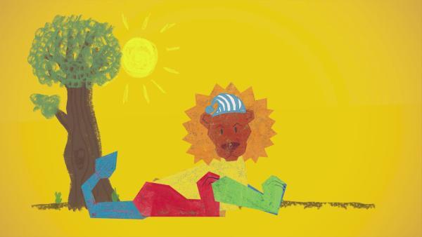 Ein bunt bemalter Stecklöwe von ENE MENE BU döst in der Mittagssonne unter einem Baum. Er trägt eine blau-weiß-gestreifte Schlafmütze. | Rechte: KiKA
