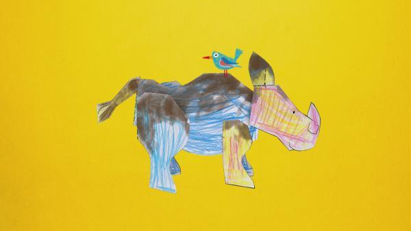 Ein blauer Vogel sitzt auf dem Rücken eines Stecknashorns. | Rechte: KiKA