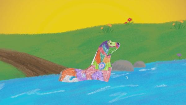 Ein bunt bemalter Otter aus Papier schwimmt in einem gemalten Fluss. | Rechte: KiKA