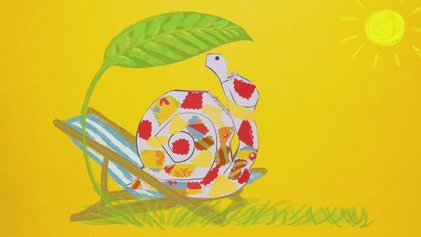 Eine Steckschnecke mit gelben und roten Papierschnipseln beklebt, sucht Schutz vor der Sonne unter einem Blatt. Sie sitzt auf einem Liegestuhl. | Rechte: KiKA