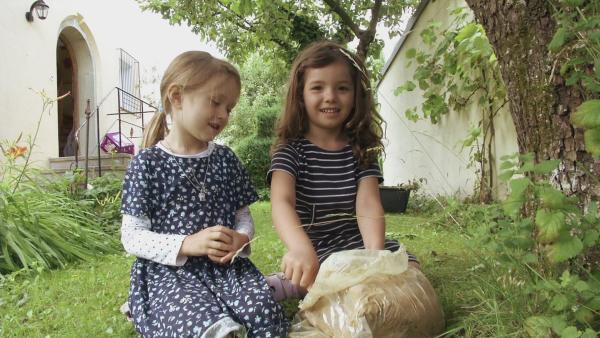 Kinder gestalten ein Baumgesicht. | Rechte: KiKA