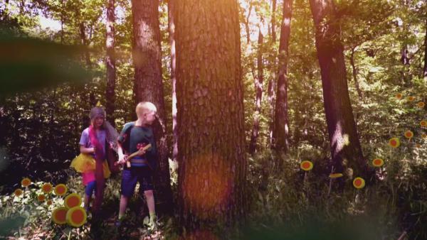 Ein Mädchen und ein Junge durchstreifen einen verwunschenen Märchenwald. | Rechte: KiKA