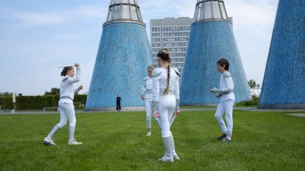 "Alicia (1.v.li.), Antnnia (2.v.li.), Carmen (3.v.li.) und Gabriel (4.v.li.) spielen ""Laserball"" auf einem Dachgarten. | Rechte: KiKA/Antia Martinez"