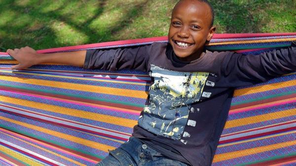 William hat Glück, dass seine Mutter bei der Rosenfarm arbeitet und es ihm dadurch viel besser geht. | Rechte: KiKA/Frank Feustle