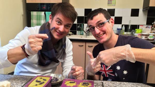 Felix (links) und der Aktivist Adrien Gontier stellen palmölfreie Seife her. | Rechte: KiKA/tvision GmbH