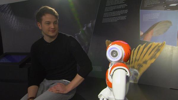 Felix mit einem Roboter im Bionicum in Nürnberg | Rechte: KiKA/tvision GmbH