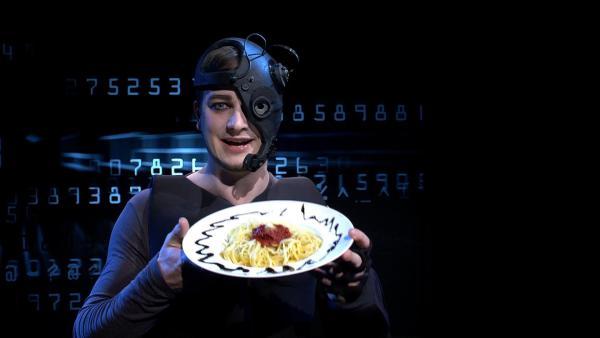 Was für eine abgefahrene Idee: Der Mensch wird übermenschlich! Halb Mensch, halb Roboter und technisch optimiert. Felix kann auch als Cyborg Spaghetti mit Tomatensoße nicht widerstehen. | Rechte: KiKA/tvision GmbH