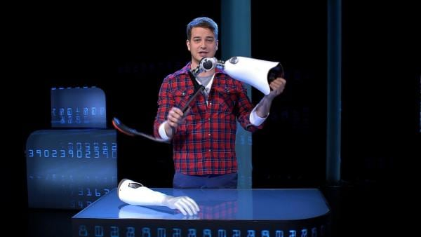 Was wäre, wenn Menschen ohne Arm einen technischen Ersatz bekommen könnten? Und diese Prothese würde dann vom Gehirn gesteuert so als wäre sie der eigene, natürliche Arm? | Rechte: KiKA/tvision GmbH
