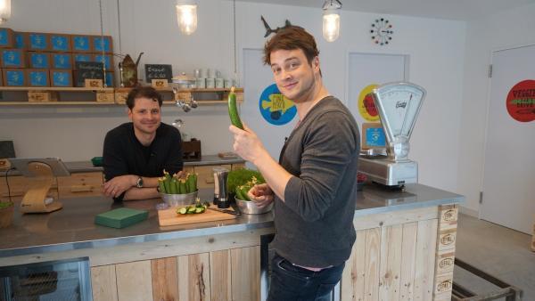 Felix (re.) mit Nicolas Leschke (Bio-Stadtbauer) im Hofladen der Aquaponik Farm | Rechte: KiKA/tvision GmbH