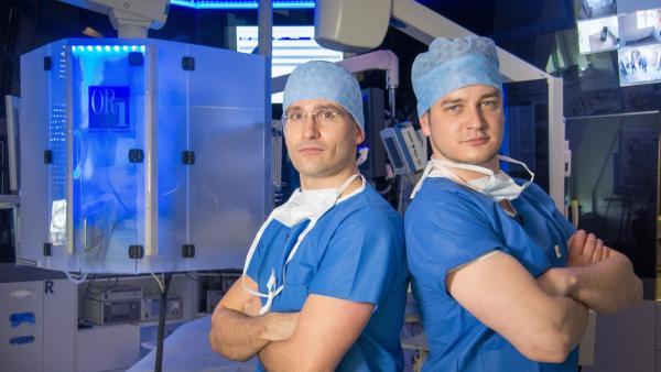 Felix (re.) mit Lars Reuther (Chirurg, Aquaklink Leipzig) | Rechte: KiKA/tvision GmbH