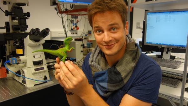Felix mit seinem Dino im Forschungslabor für Hologramme an der Uni Münster  | Rechte: KiKA/tvision GmbH
