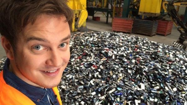 Felix beschäftigt sich mit dem Thema Elektroschrott. | Rechte: KiKA/tvision GmbH