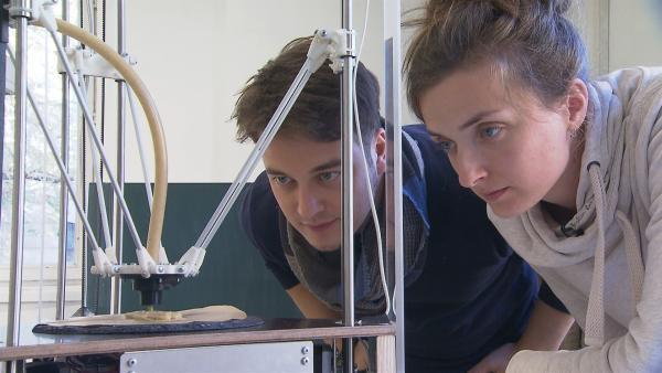 Felix und Carolin Schulze, Studentin Industriedesign drucken einen Hasen aus Mehlwürmern mit einem 3D-Drucker | Rechte: KiKA/tvison GmbH