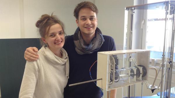 Felix mit Carolin Schulze, die ihren 3D-Drucker selbst gebaut hat.   | Rechte: KiKA/tvison GmbH