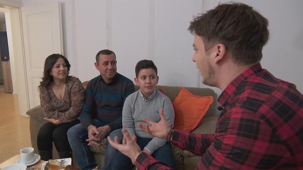 Felix ist zu Gast bei einer Flüchtlingsfamilie. | Rechte: KiKA/tvision GmbH
