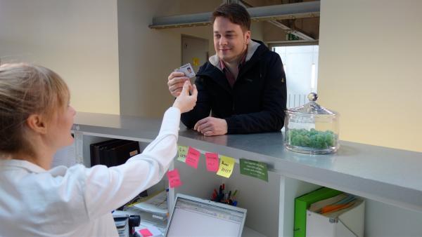 Felix übergibt beim Arzt seine Gesundheitskarte. | Rechte: KiKA/tvision GmbH