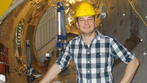 Felix an einem Bauteil der Kernfusionsforschungsanlage Wendelstein 7x | Rechte: KiKA/tvision GmbH