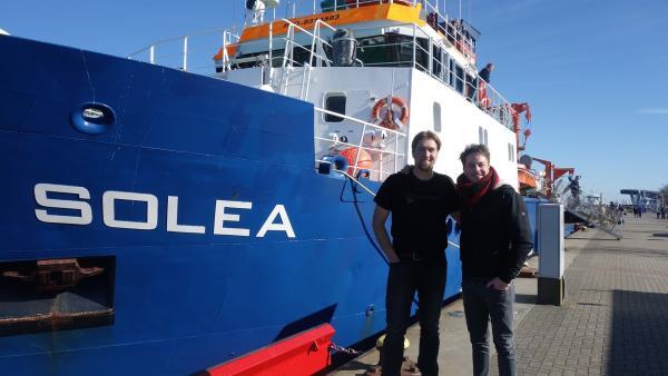 Felix mit Dr. Daniel Stepputtis vor dem Forschungsschiff Solea                      | Rechte: KiKA/tvision GmbH