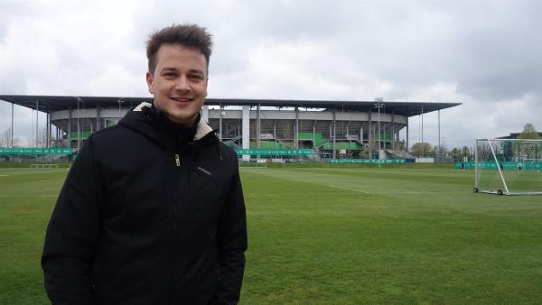 Felix vor der Arena des VfL Wolfsburg                 | Rechte: KiKA/tvision GmbH