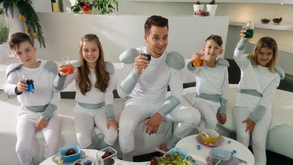 Essen in der Zukunft, Felix mit den Schauspieler-Kindern Florenz, Finja, Nico und Mara (v.l.n.r.). | Rechte: KiKA/Katja Engelhardt