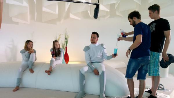 Felix am Set mit den Schauspieler-Kindern Mara und Finja (v.l.n.r.), Vorbereitung für einen VFX-Trick. | Rechte: KiKA/Katja Engelhardt