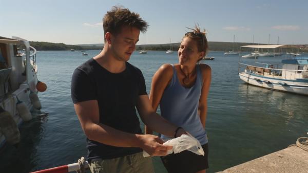 Felix fragt sich, was mit den Plastiktüten passiert, die im Meer landen. Mit dieser Frage reist er nach Kroatien und trifft dort die Meeresbiologin Dr. Regina Radax. | Rechte: KiKA