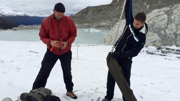 Andreas Bauder und Felix bohren ein Loch in den Gletscher.             | Rechte: KiKA/tvision GmbH/P. Bertram