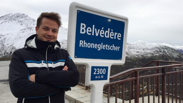 Felix erklärt, wie wichtig die Gletscher für uns sind.       | Rechte: KiKA/tvision GmbH/P. Bertram