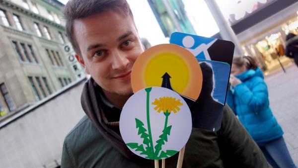 Felix testet seine selbstgemachten Emojis. | Rechte: KiKA/Julia Lutz
