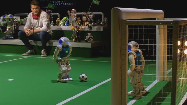 Roboter sind auf dem Vormarsch! Acht von Zehn Menschen wünschen sich heute schon einen Serviceroboter für lästige Arbeiten zu Hause. Was Roboter heute schon alles können, das zeigt euch Felix bei ERDE AN ZUKUNFT. | Rechte: KiKA