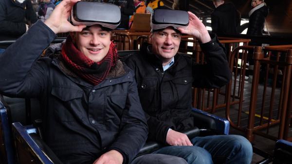 Felix und der Experte für Virtuelle Realität Thomas Wagner in der Achterbahn. | Rechte: KiKA/tvision GmbH