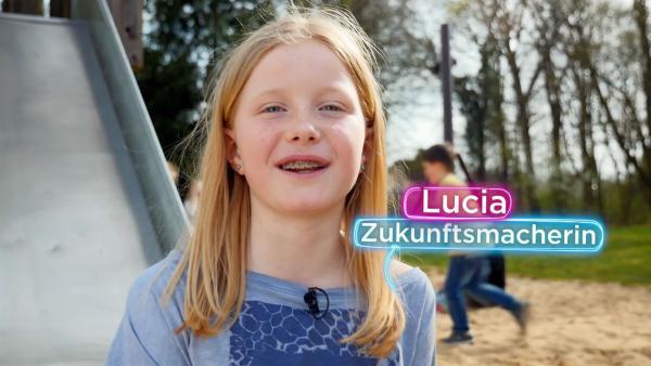 Zukunftsmacherin Lucia checkt, wie der Spielplatz der Zukunft aussehen kann. | Rechte: KiKA