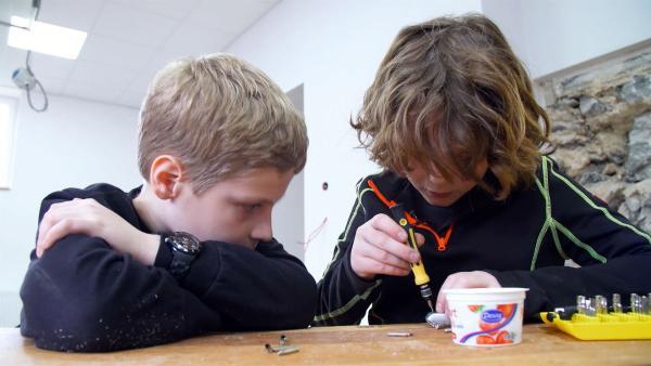 Zusammen mit einem Freund lernt Leon, wie man kaputte Dinge repariert, anstatt sie wegzuwerfen. | Rechte: KiKA