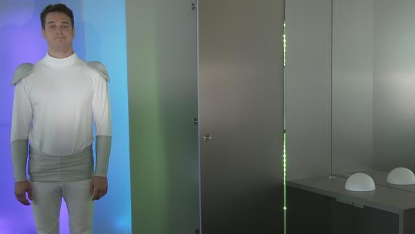 Sagt ihm die künstliche Intelligenz sogar, was er anziehen soll? | Rechte: KiKA