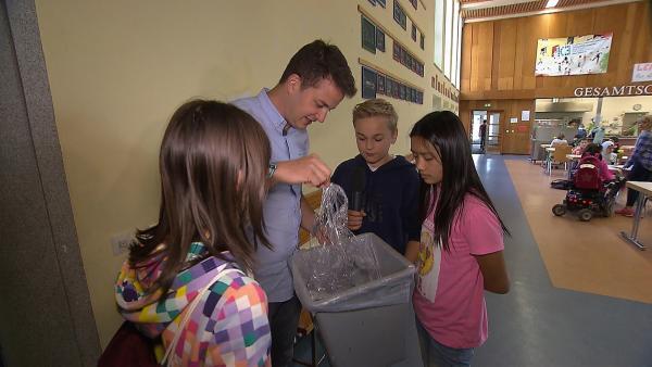 Beim Rundgang durch die Schule zeigen die Schüler Felix wieviel Plastik jeden Tag anfällt. | Rechte: KiKA