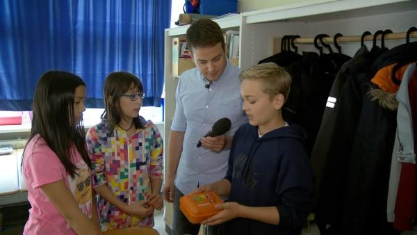 Überall ist Plastik zu finden! Nick klärt Felix auf, welche Gefahren die Rückstände von Plastik haben können. | Rechte: KiKA