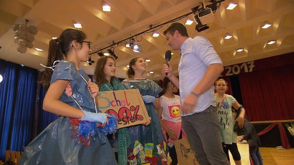 Dafür haben sie die Mädels eine Modenschau aus Plastikkleidern ausgedacht. | Rechte: KiKA