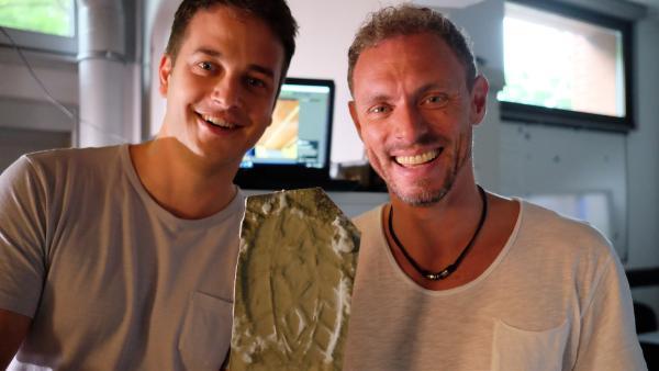 Felix mit Forensiker Ralf Breker und einem 3D-Print eines Fußabdrucks vom Tatort. | Rechte: KiKA/Julia Lutz/tvision GmbH