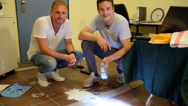 Felix mit Streifenlichtscanner und Forensiker Ralf Breker.      | Rechte: KiKA/Julia Lutz/tvision GmbH