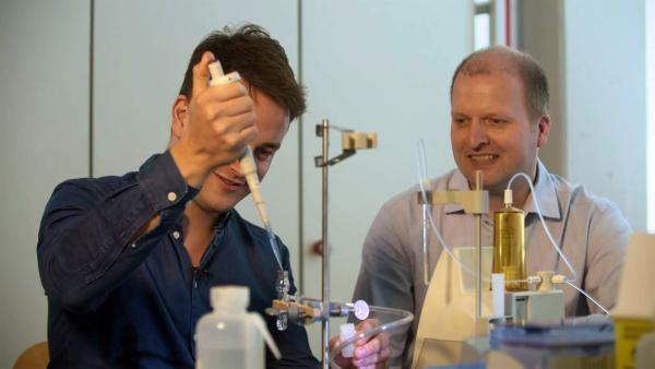 Felix trifft Dr. Matthias Haeckel, der Geochemiker am Geomar in Kiel ist. | Rechte: KiKA