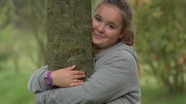 Charline umarmt jeden Tag einen Baum, denn die sind wichtig, um das Klima zu retten. | Rechte: KiKA