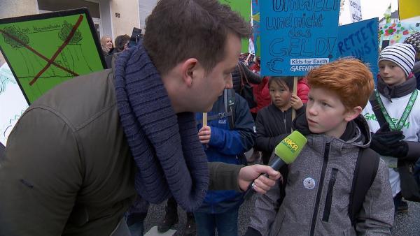 Felix mit Zukunftsmacher Johannes auf der Klimademo in Bonn | Rechte: KiKA