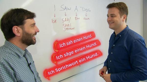 Alexander Fraser zeigt Felix, wie unterschiedlich man allein einen englischen Satz verstehen kann. | Rechte: KiKA