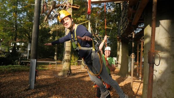 Felix probiert selbst einen inklusiven Kletterparcour aus. | Rechte: KiKA
