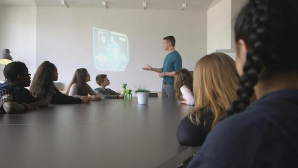 IZA - der Intelligente ZukunftsAutomat erklärt, was ein Planspiel ist. | Rechte: KiKA