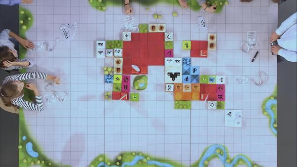 Spielfeld nach der ersten Runde, jeder Baustein steht für ein Gebäude. | Rechte: KiKA