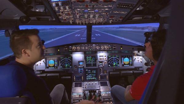 testen den Treibstoffverbrauch in einem Flugsimulator. | Rechte: KiKA
