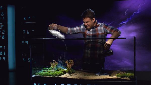 Felix demonstriert ein Wetterextrem. | Rechte: KiKA