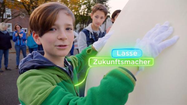 Zukunftsmacher Lasse bereitet mit anderen Kindern einen Wetterballon vor. | Rechte: KiKA