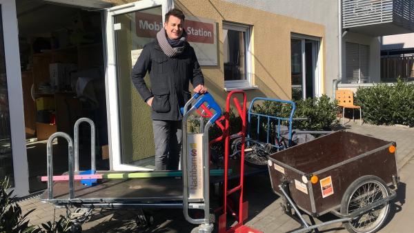 Einkaufen ohne Auto? In Carls Viertel ist der Supermarkt gleich um die Ecke. Das meiste kaufen seine Eltern mit dem Fahrrad ein. | Rechte: KiKA/Sabine Krätzschmar
